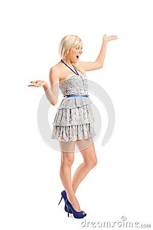 Удивленная молодая женщина с руками над ей