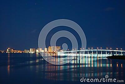 沙子关键桥梁在晚上