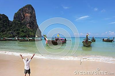 海湾愉快的人海洋日出欢迎