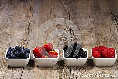 шары ягод гребут одичалое