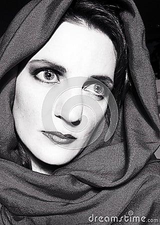 围巾凝视的佩带的妇女