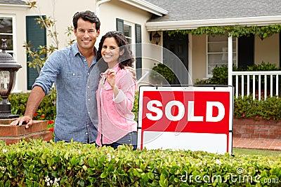 在家之外的西班牙夫妇有被出售的符号的