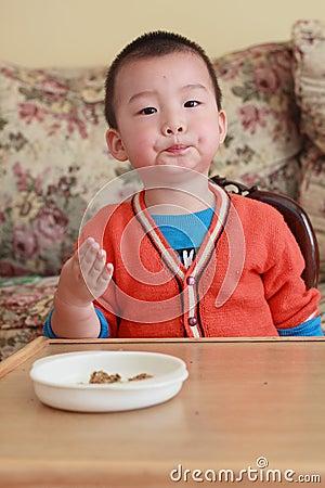 το παιδί της Ασίας τρώει
