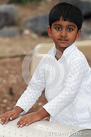 男孩印地安人操场