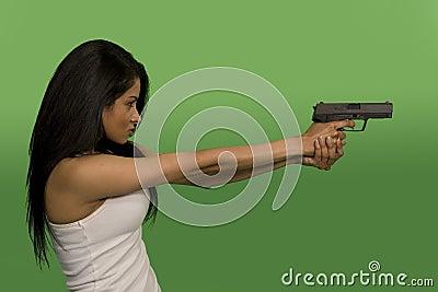 женщина удерживания пушки