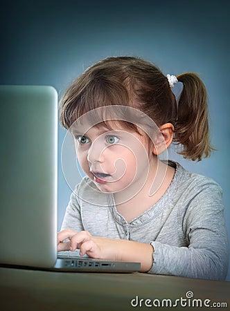 女孩膝上型计算机一点