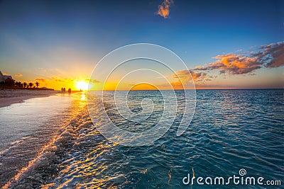 заход солнца фиоритуры пляжа залива