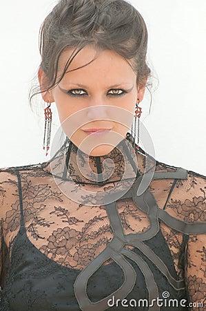 礼服有花边的性感的妇女