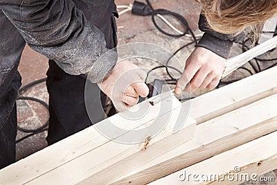 Плотник на работе