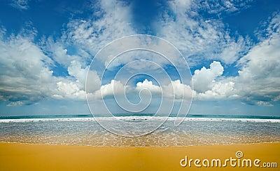 Αμμώδης εγκαταλειμμένη παραλία