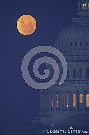 在美国国会大厦的满月
