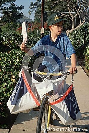 Αγόρι εφημερίδων σε χαρτιά παράδοσης Εκδοτική Φωτογραφία