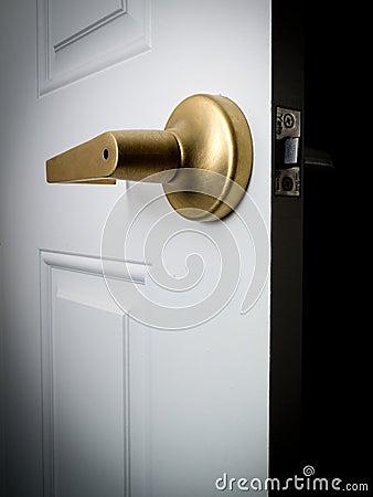 дверь открытая