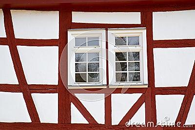 μισό ιστορικό σπίτι προσόψεων που εφοδιάζεται με ξύλα