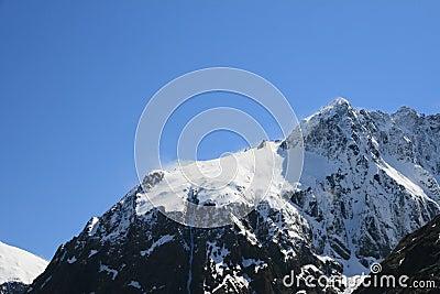 покрытая верхняя часть снежка горы