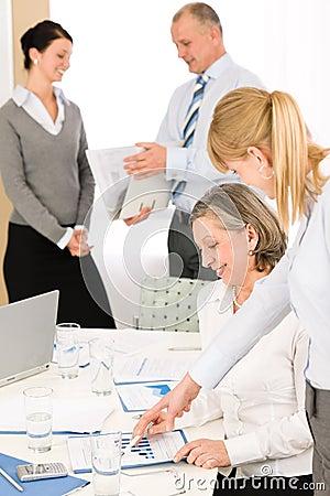 сбывания просмотрения отчетах о людей деловой встречи