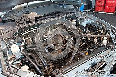 сломленный двигатель автомобиля