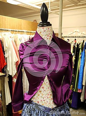 零售: 中间人给紫色衬衣穿衣