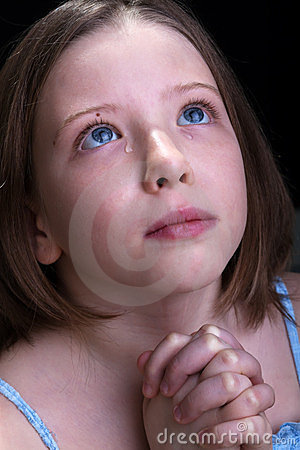 哭泣的女孩祈祷的年轻人