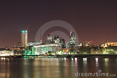 Горизонт банка Темза города Лондон на ноче