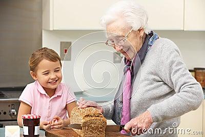 准备食物的祖母和孙女