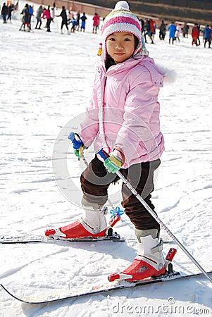 девушка учя меньшее катание на лыжах