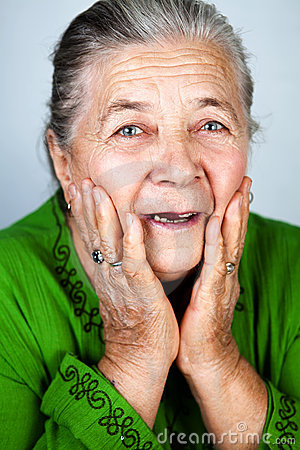изумленная счастливая старая старшая женщина