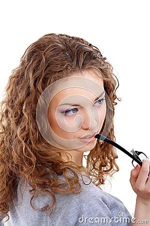 όμορφες νεολαίες γυναικών γυαλιών γκρίζες