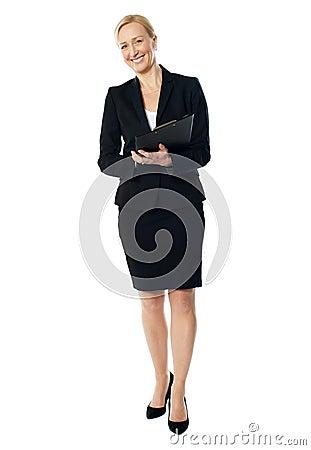 变老的行政女性全长视图