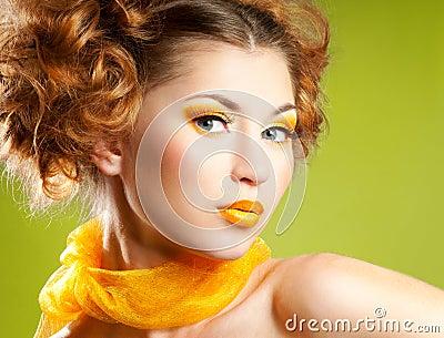 καταστήστε επάνω τη γυναίκα κίτρινη