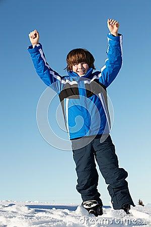 βουνά διακοπών αγοριών που παίζουν τις νεολαίες χιονιού