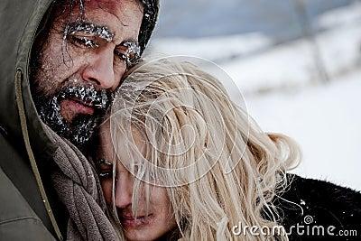 冻结无家可归拥抱的夫妇