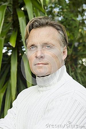 英俊的成熟白肤金发的人在他的四十年代