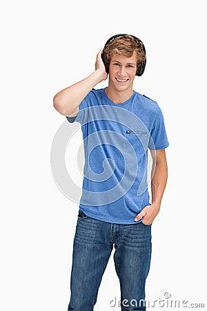 白肤金发的耳机供以人员微笑的佩带