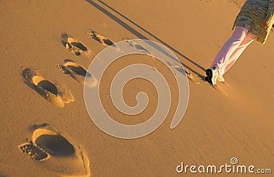 海滩走的妇女
