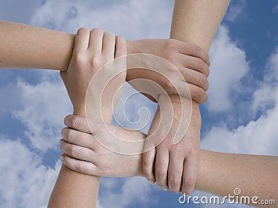 руки соединили