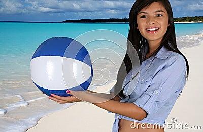 Κορίτσι εφήβων στην παραλία