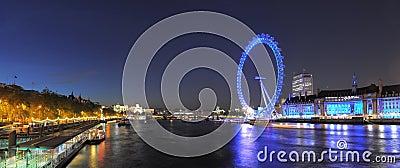 从威斯敏斯特桥梁的伦敦眼睛在晚上 编辑类库存图片
