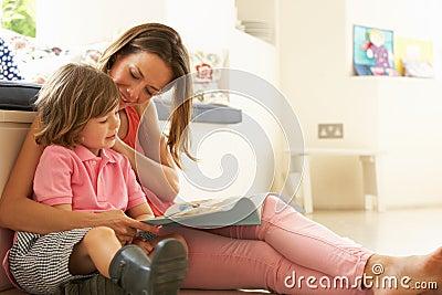 坐与儿子读取故事的母亲户内