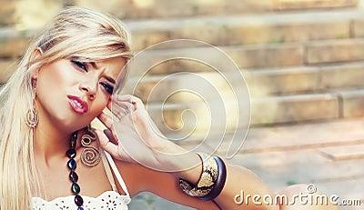 美妙的白肤金发的妇女