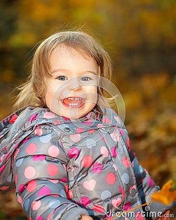 Маленькая девочка в парке