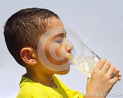 孩子啜饮的柠檬水