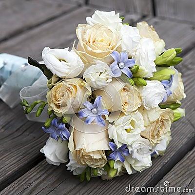 黄色和空白玫瑰婚礼花束