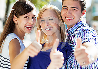 Τρεις νέοι με τους αντίχειρες επάνω