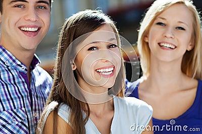 三青年人微笑