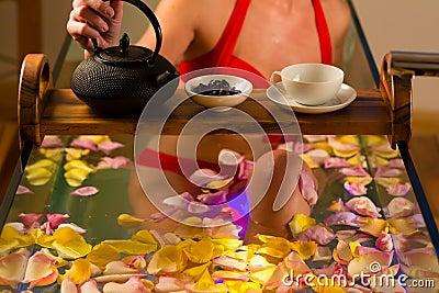 Женщина купая в спе с терапией цвета