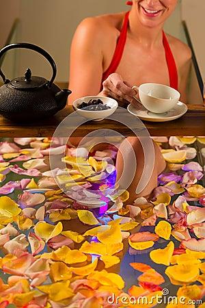沐浴在与颜色疗法的温泉的妇女