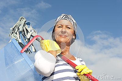 室外大扫除的妇女
