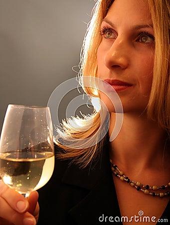 可爱的饮用的酒妇女