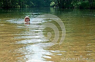 小女孩游泳